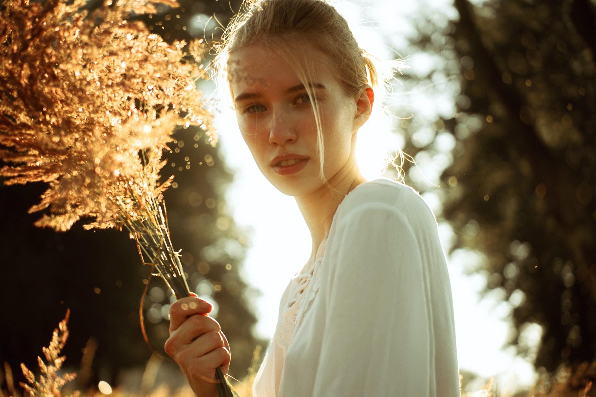 Chica con una rama seca