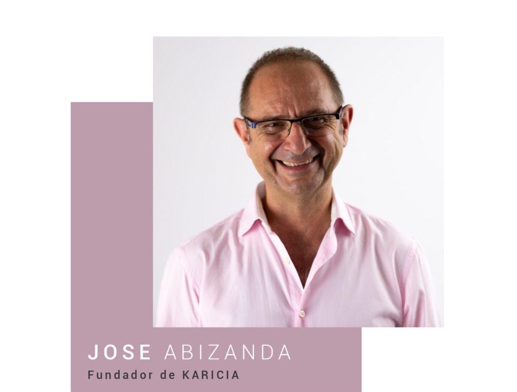 Hombre sonriendo con gafas y camisa rosa