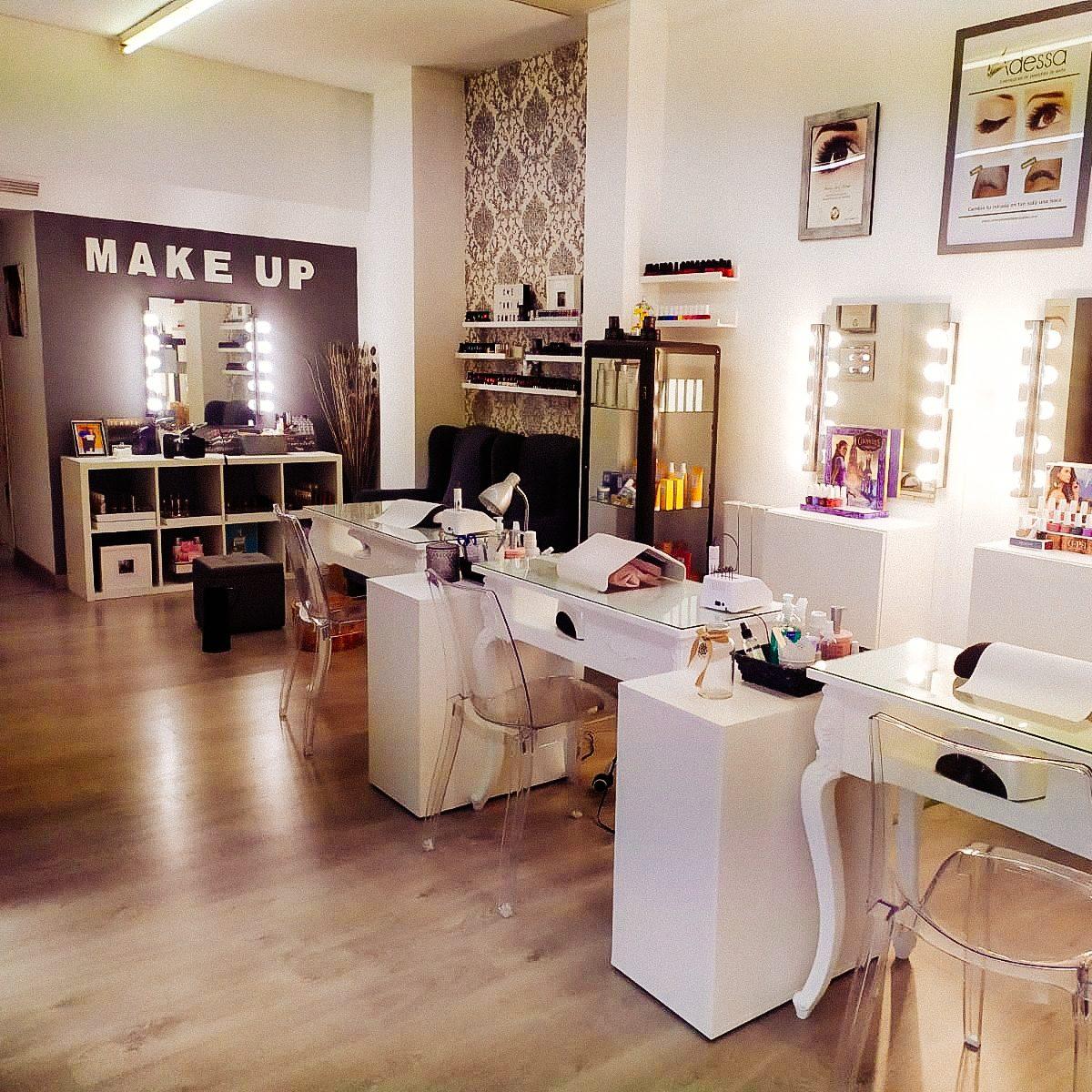 Centro estetico con mesitas para manicure y armario con productos karicia