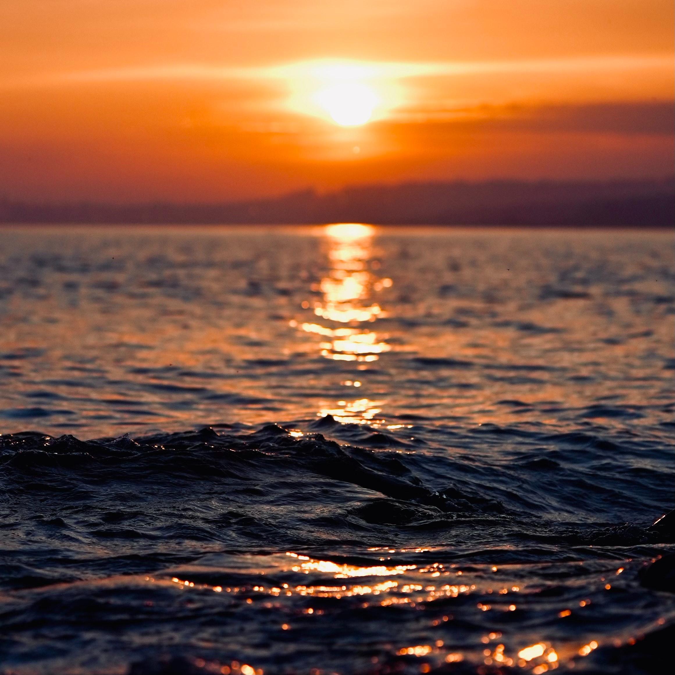 Atardecer que tiñe el mar de colores calidos